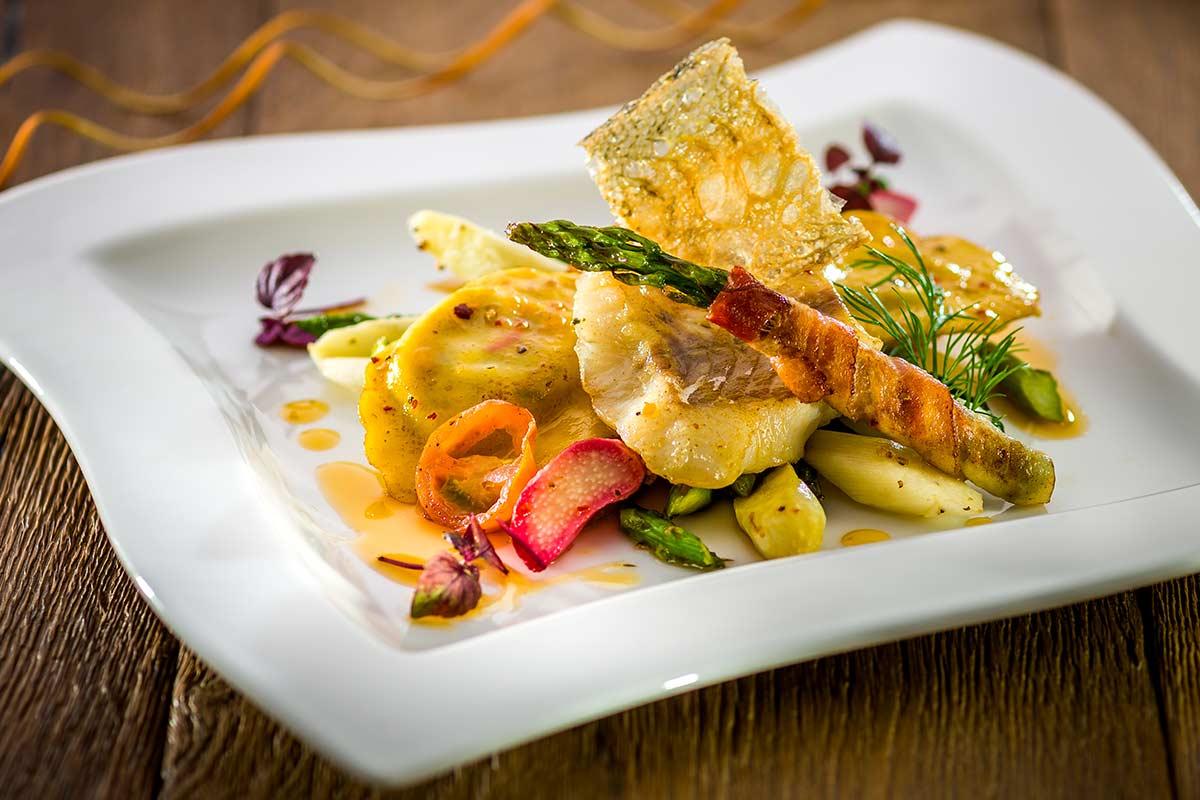 Gebratenes Zanderfilet Auf Spargel Rhabarber Salat Mit Spargel Im
