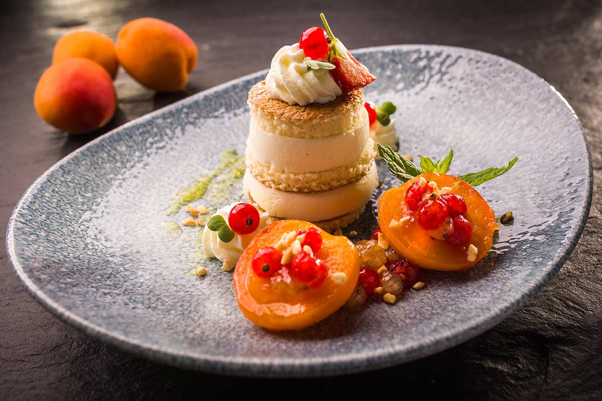 Mandelmilch-Creme mit Biskuit und geschmorten Aprikosen | Rezept