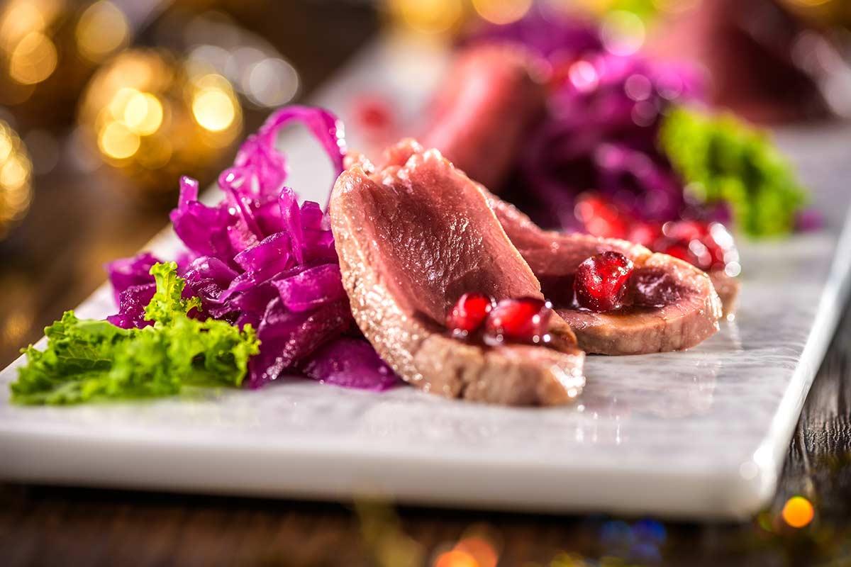 Rehrucken Aus Der Gin Beize Auf Rotkohl Granatapfel Salat Rezept