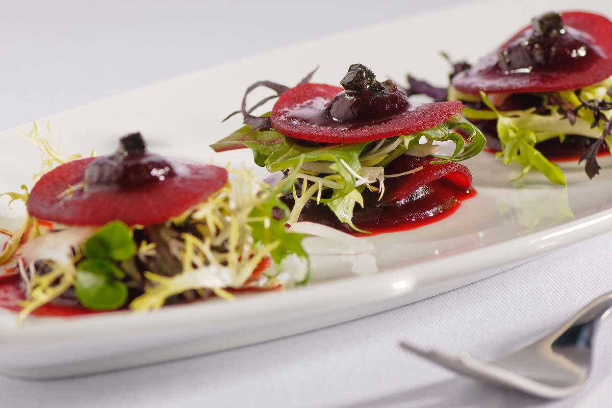 rote bete carpaccio mit tr ffel marinierten salatspitzen und gehobeltem parmesan rezept. Black Bedroom Furniture Sets. Home Design Ideas