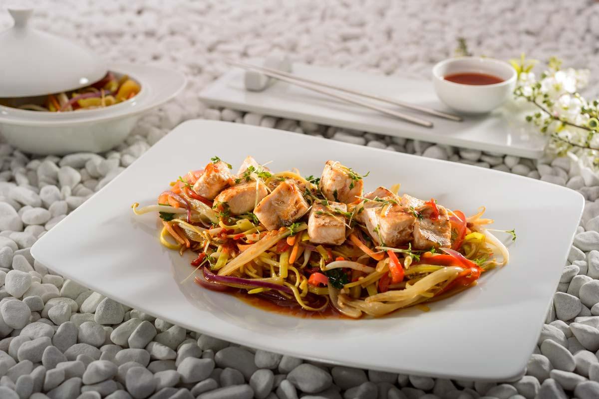 Gegrillter Lachs Auf Asia Nudel Gemüse Aus Dem Wok Rezept