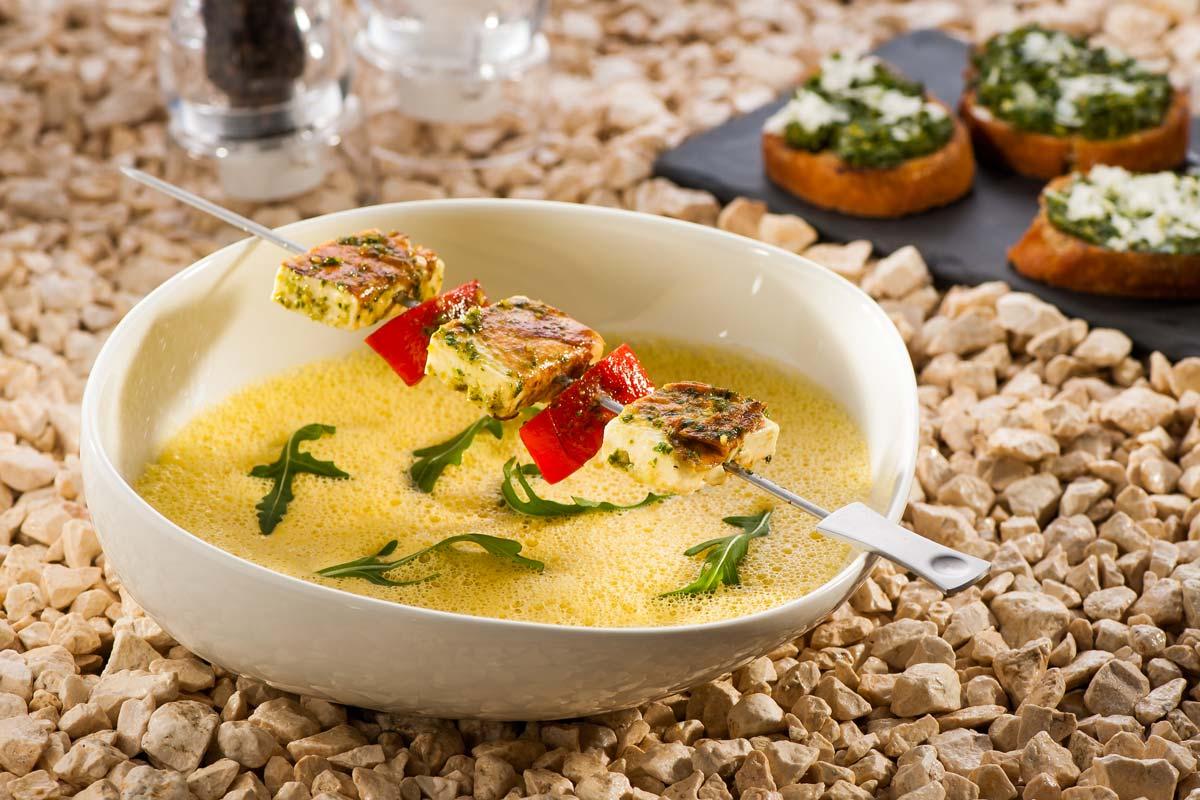 Gelbe Paprikasuppe mit Feta-Schaschlik | Rezept