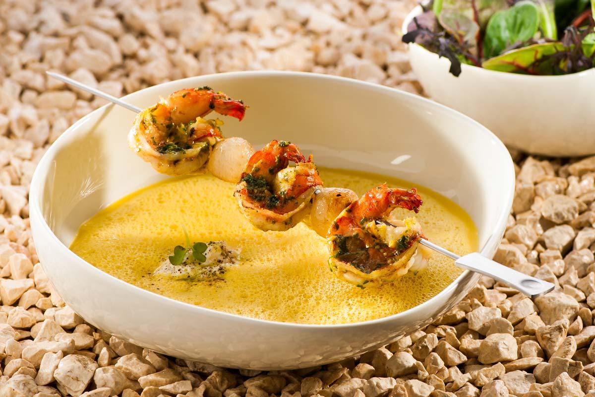 Gelbe Paprikasuppe mit Pesto-Garnelen | Rezept