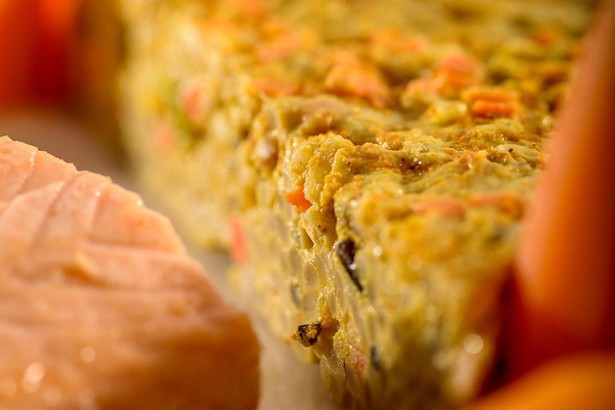 Gegrilltes Lachsschnitzel mit Reis-Karotten-Kuchen in Kerbelsauce ...