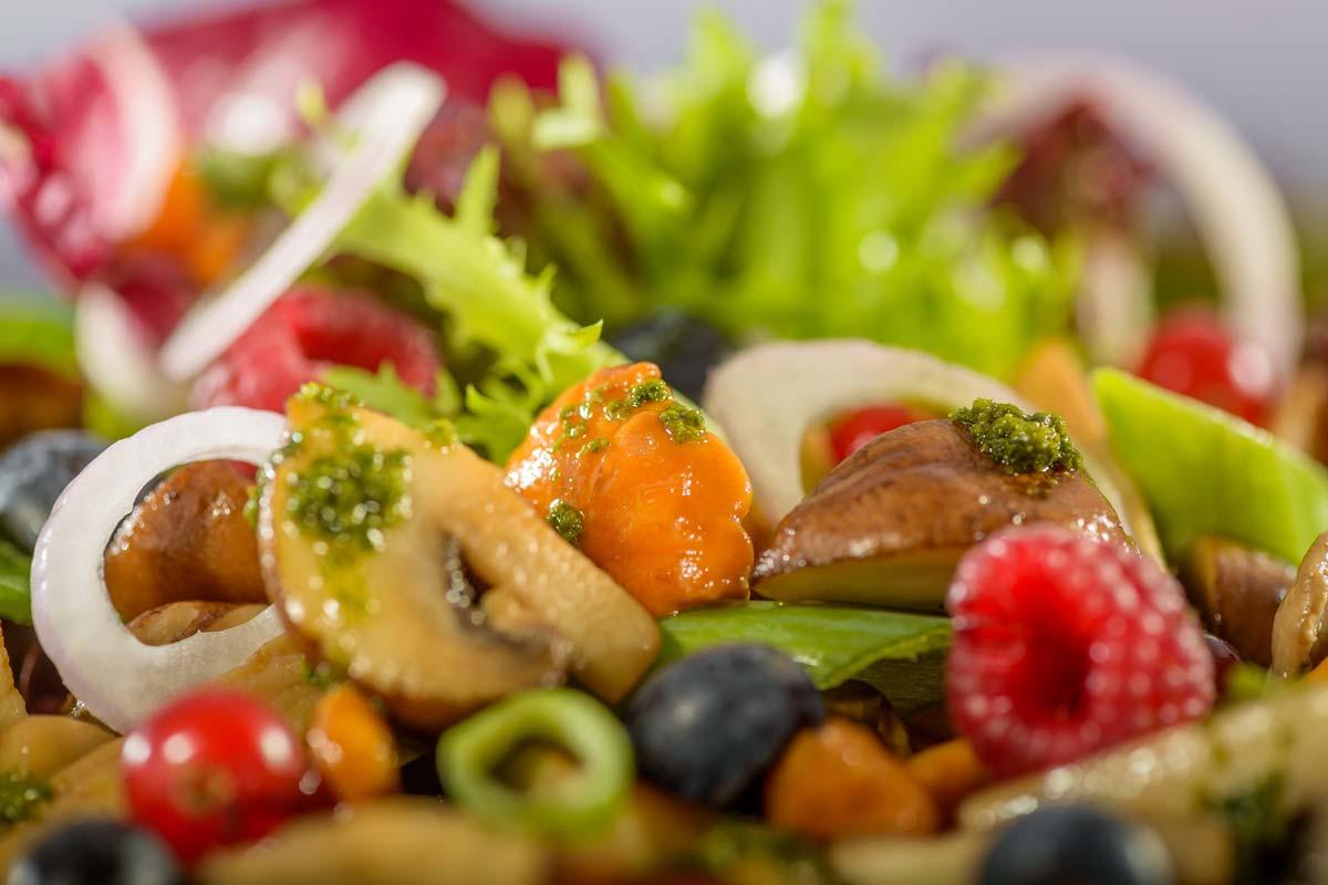 Knackige Blattsalate In Balsamicovinaigrette Mit Gebratenen