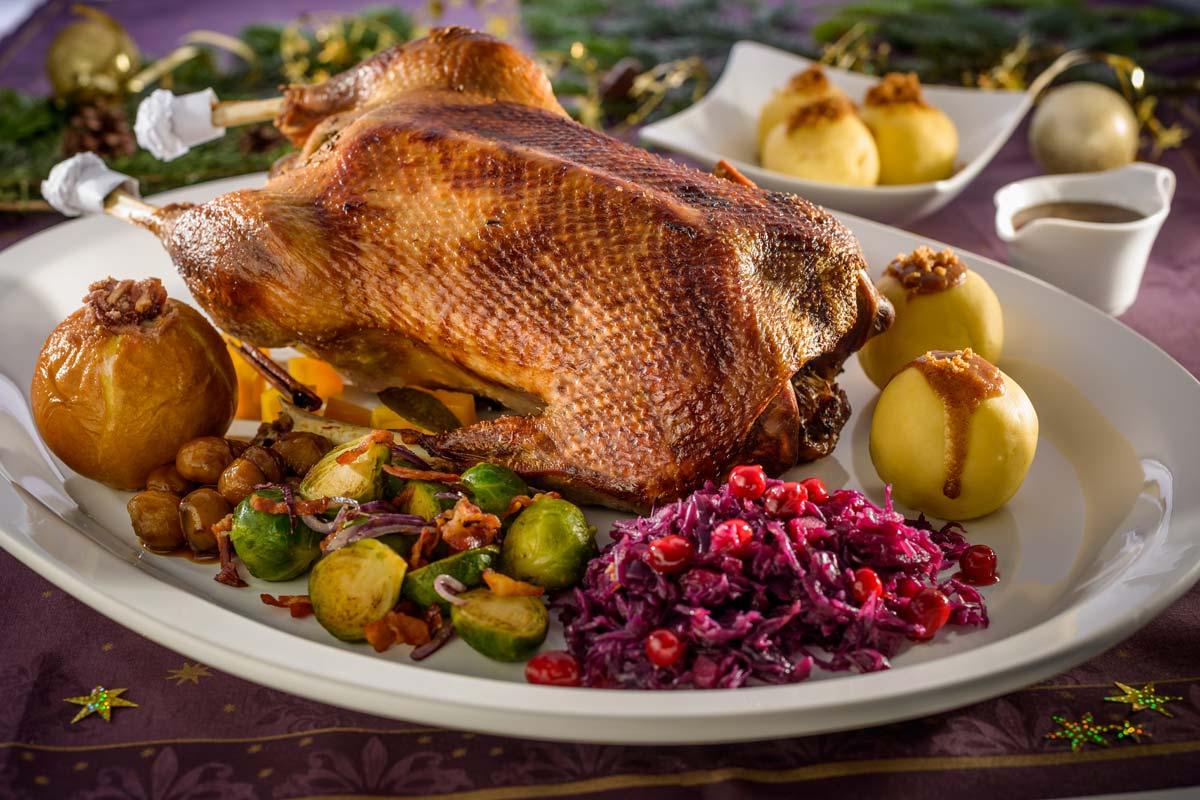 Knuspriger Gänsebraten mit winterlichem Gemüse an Kartoffelklößen ...