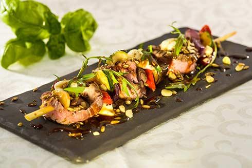 Bavette-Stück mit Büffel-Mozzarella und buntem mediterranen Gemüse ...