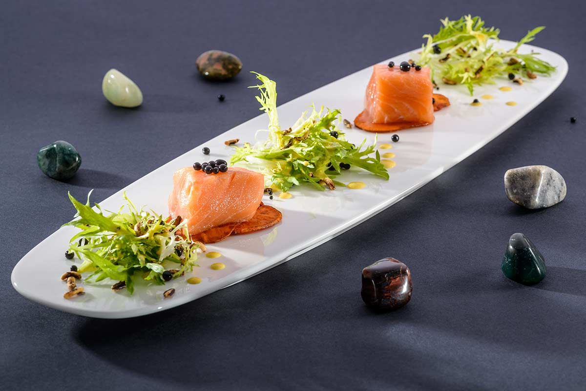 Confierter Lachs mit Tintenfischkaviar und gepufftem Reis | Rezept